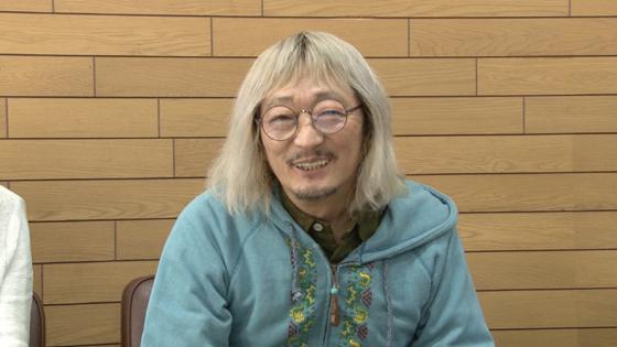 笑顔でインタビューに答える伊藤ヨタロウ