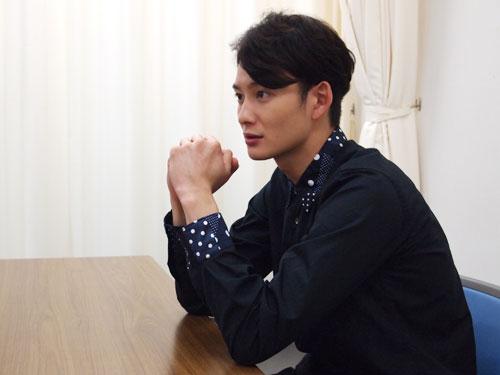 インタビューに答える岡田将生