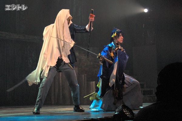 舞台「刀剣乱舞」舞台写真 右から鈴木拡樹、荒牧慶彦
