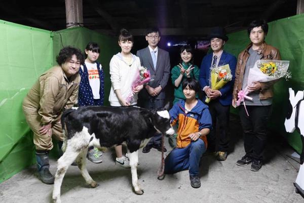 第三回公演役者陣(牛も含め)。劇中では子牛に哺乳するシーンもあった。