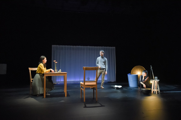 チェルフィッチュ『部屋に流れる時間の旅』舞台写真 撮影:清水ミサコ