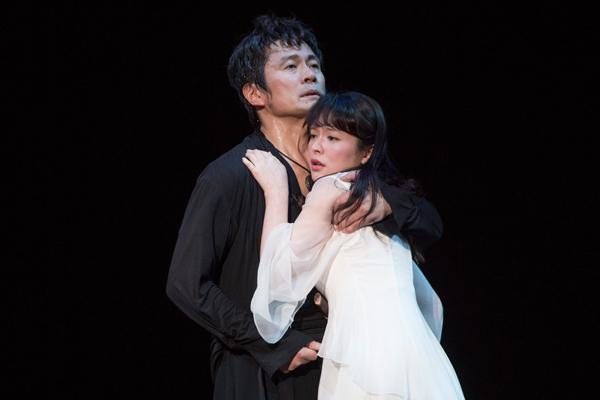 舞台「ハムレット」内野聖陽と貫地谷しほり 撮影:引地信彦