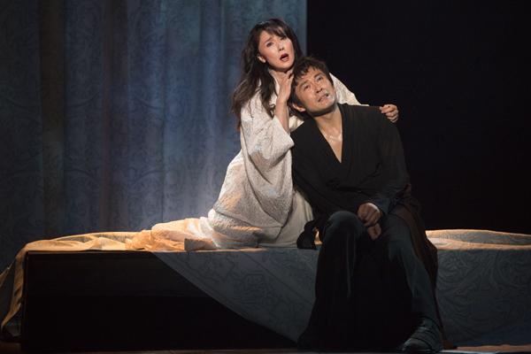 舞台「ハムレット」内野聖陽と浅野ゆう子 撮影:引地信彦