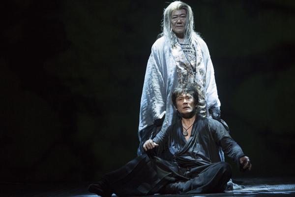 舞台「ハムレット」内野聖陽と國村隼 撮影:引地信彦