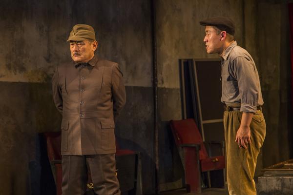 舞台「城塞」右から山西 惇、辻 萬長 撮影:谷古宇正彦