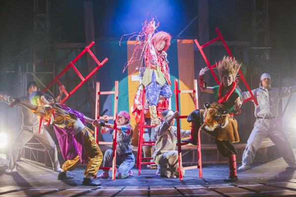 劇団鹿殺し「電車は血で走る」舞台写真 撮影:和田咲子