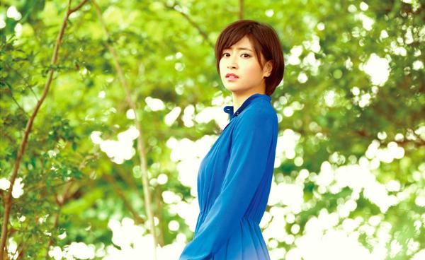ブルーのドレスを着た南沢奈央