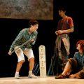 世田谷パブリックシアター『チック』左から:篠山輝信 柄本時生 土井ケイト/撮影:細野晋司