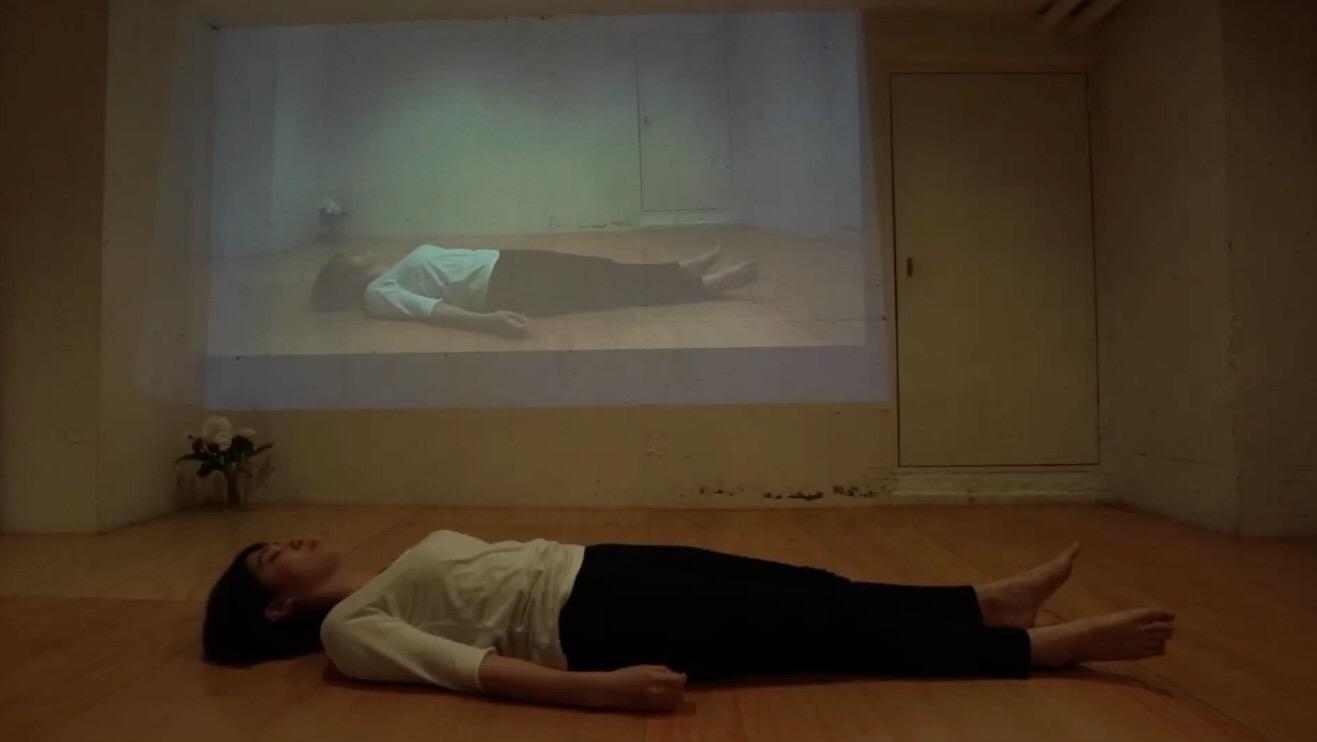 アムリタ『6畳の白い部屋その床面にあなたは水平に横たわる』