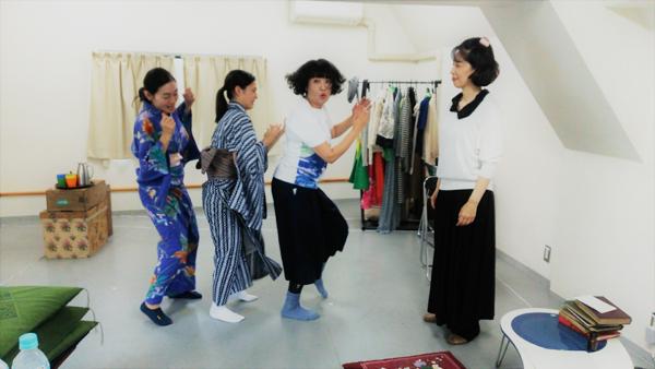 稽古場写真1 第一場「春」より。登場人物は文筆家を目指す4人の女性たち。踊る3人の揃わないステップが愉快な登場シーン。