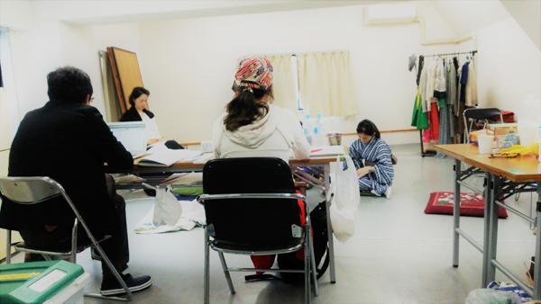 稽古場写真3 演出家の山田佳奈さんの言葉は、冷静かつ的確。状況をわかりやすく例えて伝える姿が印象的でした。