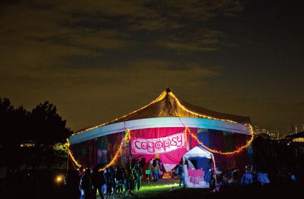 連日行列ができた特設テント劇場