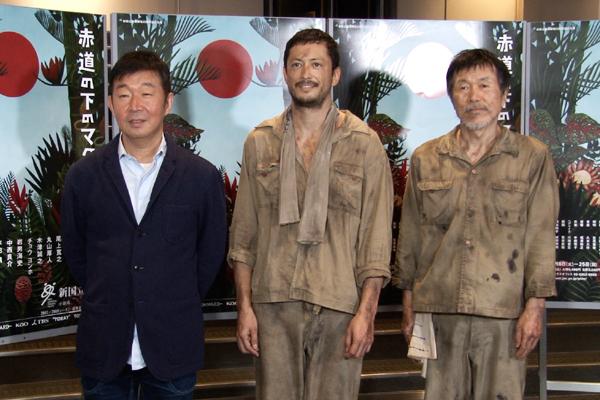 舞台「赤道の下のマクベス」左から鄭義信、池内博之、平田満