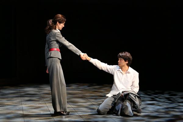 舞台「1984」井上芳雄・ともさかりえ 撮影:宮川舞子