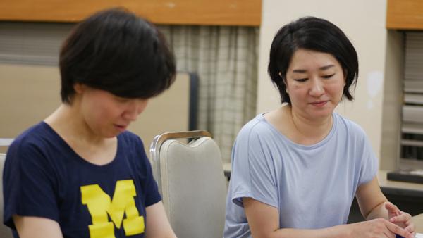 同性婚制度を利用して共同生活を営む主演女優・高橋映美子(右)、杉江美生(左)。撮影:井上信治
