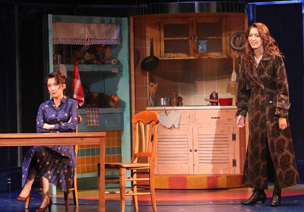 (右から)グロリア・エステファン:朝夏まなと グロリア・ファハルド:一路真輝