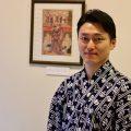 初世杵屋佐吉、松永忠五郎が描かれた浮世絵の前で。鳥居清長画。