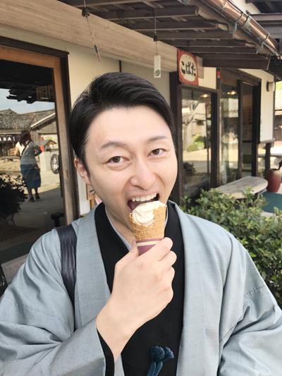 昨年の小豆島公演より ソフトクリームを食べる杵屋佐喜