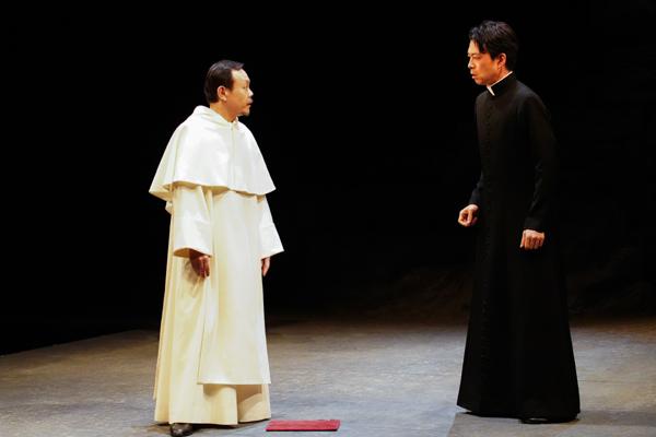舞台『骨と十字架』(左から)神農直隆、近藤芳正