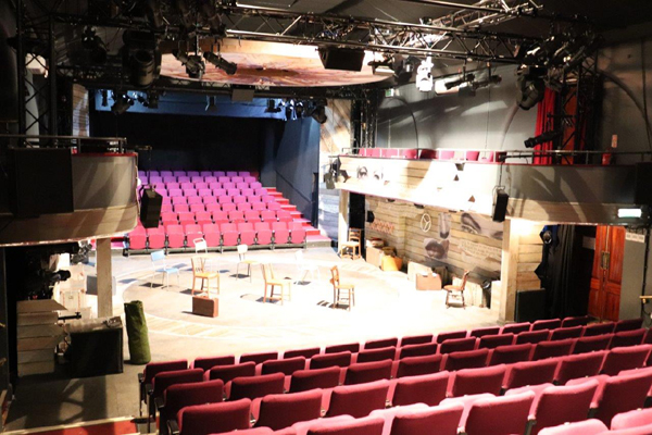 対面式舞台と両サイドのバルコニー席_チャリングクロス劇場
